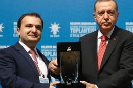 Erdoğan'ın plaket verdiği başkan için AK Parti'den açıklama