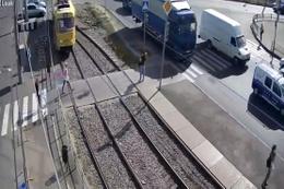 Dikkatsiz kadının tramvayın altında kalma anı!
