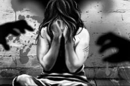 12 yaşındaki kızı 12 erkekle ilişkiye zorladı!