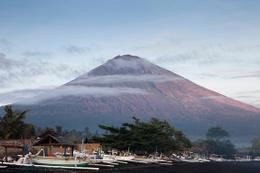 Endonezya'da 54 yıl sonra volkan alarmı