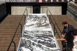 Çinli sanatçı patenleriyle resim yapıyor