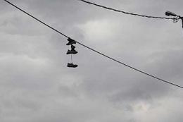 Küçükçekmece'de esrarengiz görüntü! Tellere asılı ayakkabılar...
