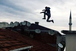 Yer: İstanbul: Çılgın gençler çatıdan çatıya takla atarak uçtu