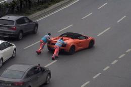 Lamborghini yolda kaldı: Yardımına İBB işçileri yetişti!
