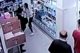 Genç kıza herkesin önünde saldırdı kimse kılını kıpırdatmadı