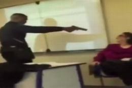 Kendisini 'yok' yazan öğretmenine silah çekti!