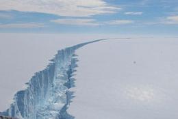 Antarktika'nın en hızlı eriyen buzulu parçalanmaya devam ediyor!