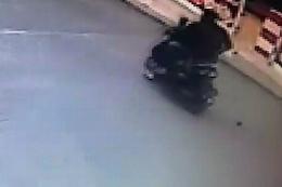Akıl almaz olay: Motosikletten el bombası düştü!