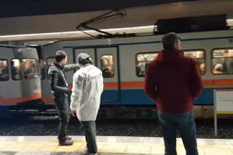 Kadın yolcu raylara atladı: Metro seferleri durduruldu!