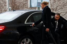 İngiltere Başbakanı May aracında kilitli kaldı