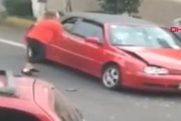 Öfkeli kadın sürücü öyle bir şey yaptı ki görenler şoke oldu!