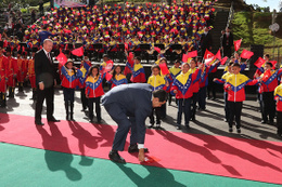 Nicolas Maduro yere düşen Türk Bayrağını böyle kaldırdı