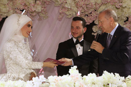 Cumhurbaşkanı Erdoğan bir gecede iki nikahta şahitlik yaptı