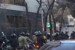 İran'da polisle tarikat mensupları çatıştı