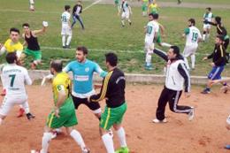 Futbolcular tekme tokat kavga etti