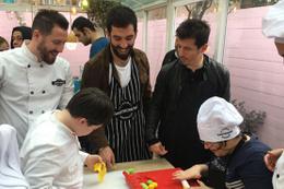 Arda Turan ve Emre Belözoğlu çocuklarla pasta yaptı