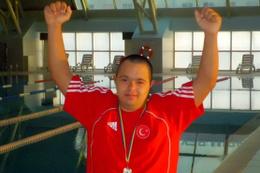 Down Sendromlu yüzücünün başarı hikayesi