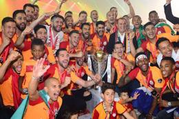Galatasaray şampiyonluk kupasını kaldırdı