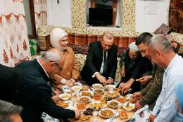 Cumhurbaşkanı Erdoğan, vatandaşın evinde iftar yaptı