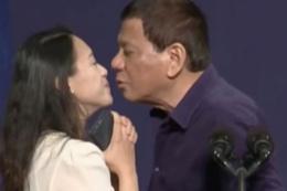 Sahneye çağırıp dudağından öptü! Devlet başkanından skandal