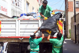 Evinden 10 kamyon çöp çıktı!