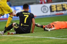 Ronaldo Chievo kalecisinin burnunu kırdı