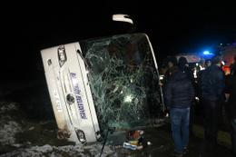 Amasya'da yolcu otobüsü devrildi: 2 ölü 35 yaralı