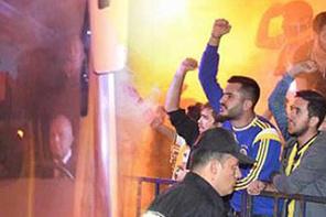 Aziz Yıldırım kendini protesto eden taraftarı alkışladı