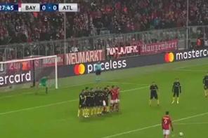 Bayern Münih'li Lewandowski, attığı golle kaleciyi içeri soktu