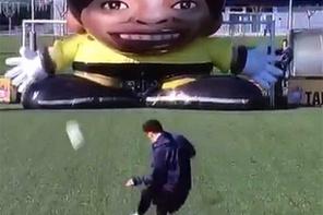 Dev robot kaleci Messi karşısında çaresiz kaldı