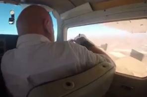 Uçağın camını açıp fotoğraf çekmeye kalkınca...