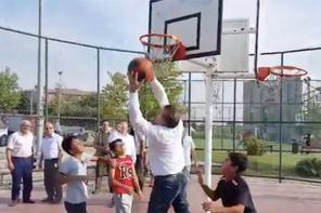 Bakan Bak, çocuklarla basketbol oynadı