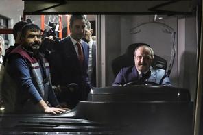 Mustafa Varank yerli elektrikli otobüsün direksiyonuna geçti