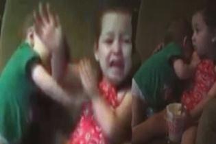 Yemek diye ablasının kolunu ısıran bebek