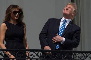 Trump güneş tutulmasını böyle izledi sosyal medya yıkıldı