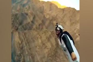 Wingsuit yapan gençler havada konuşmaya çalıştı
