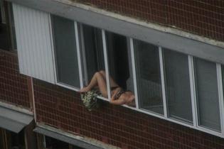 Balkona bu halde çıktı kimselere aldırış etmeden...