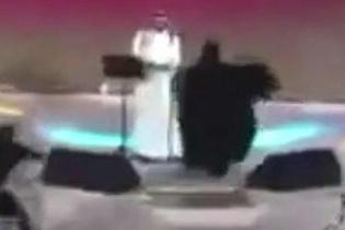 Sahneye koşup erkek şarkıcıya sarılınca olanlar oldu