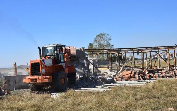 Çorlu'daki tarlalarda kaçak yapılan baraka ve ahırlar yıkıldı