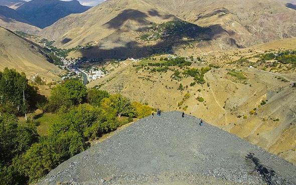 Çocuklar okula gitsin diye dağın yamacı yarıldı