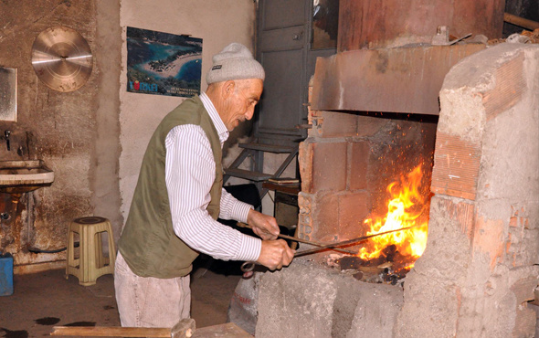 79 yaşındaki sıcak demir ustası 70 yıldır işinin başında