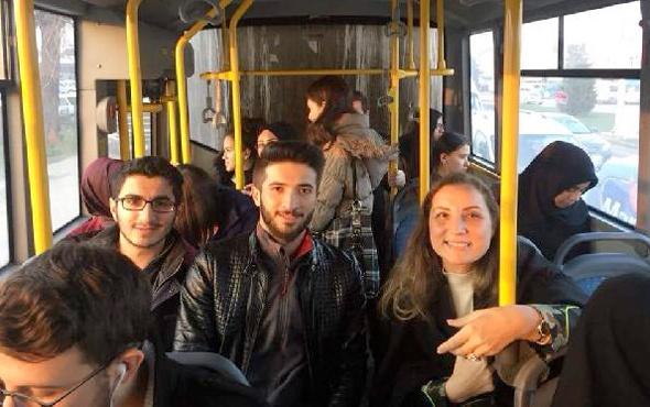 Rektör öğrencilerle birlikte otobüste