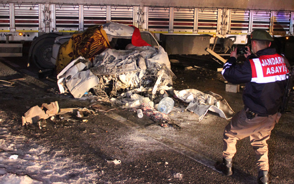 Konya'da korkunç kaza! Araba hurdaya döndü