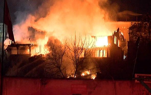 Balat'ta yangın alarmı! Alevler metrelerce yükseldi