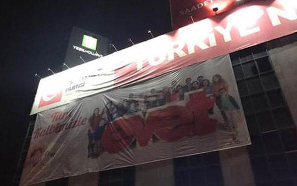 Saadet Partisi binasında 'evet' pankartı astılar