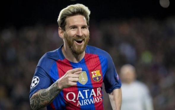 Lionel Messi Barcelona'ya imza atıyor