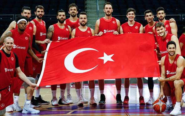 12 Dev Adam Türk bayrağıyla poz verdi!