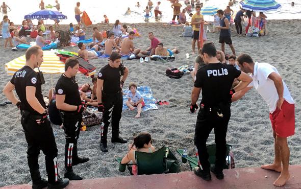 Plajda etraflarını bir anda polisler sardı!