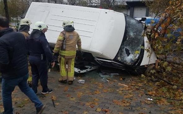 Esenyurt'ta servis minibüsü devrildi! Yaralılar var