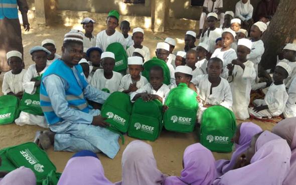 İDDEF'ten Nijeryalı öğrencilere kırtasiye yardımı!